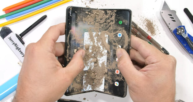 Samsung Galaxy Z Fold3 alle prese con JerryRigEverything